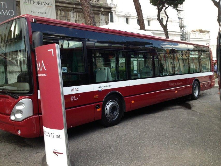 Roma: bus perde controllo in via Oderisi da Gubbio, 5 feriti