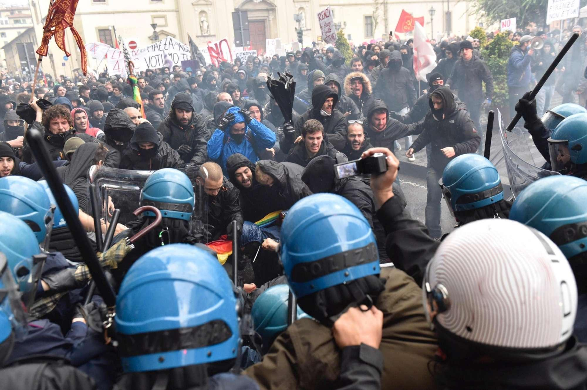 Renzi a Palermo, studenti in strada: cariche in via Ruggero Settimo