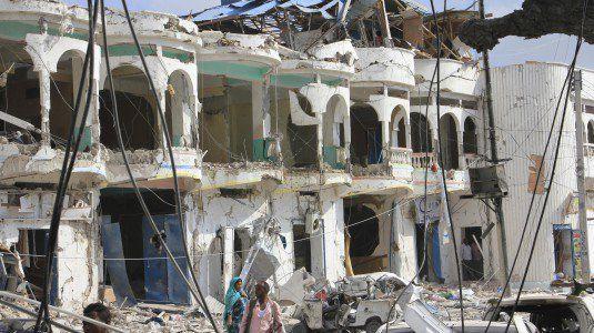 Somalia, autobomba in hotel a Mogadiscio: almeno 14 morti