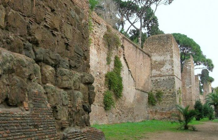 Roma, crolla una parte di mura Aureliane in viale del Policlinico
