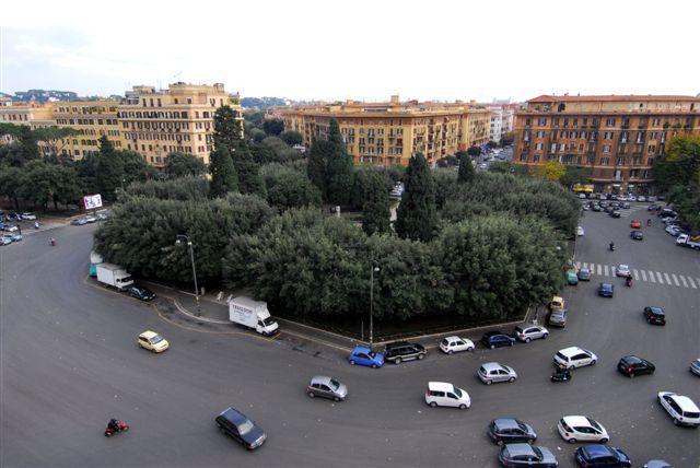 Roma, SUV si arrampica su un'auto in sosta