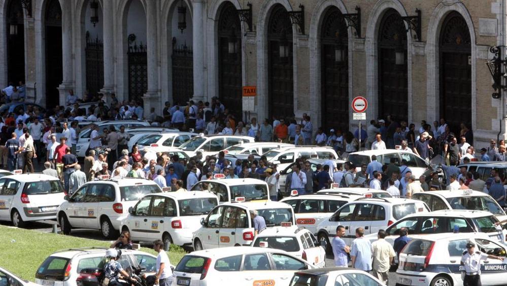 Proteste taxi, Virginia Raggi in piazza: