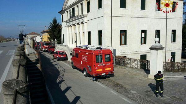 Padova: auto esce di strada e finisce nel fiume, morto il guidatore