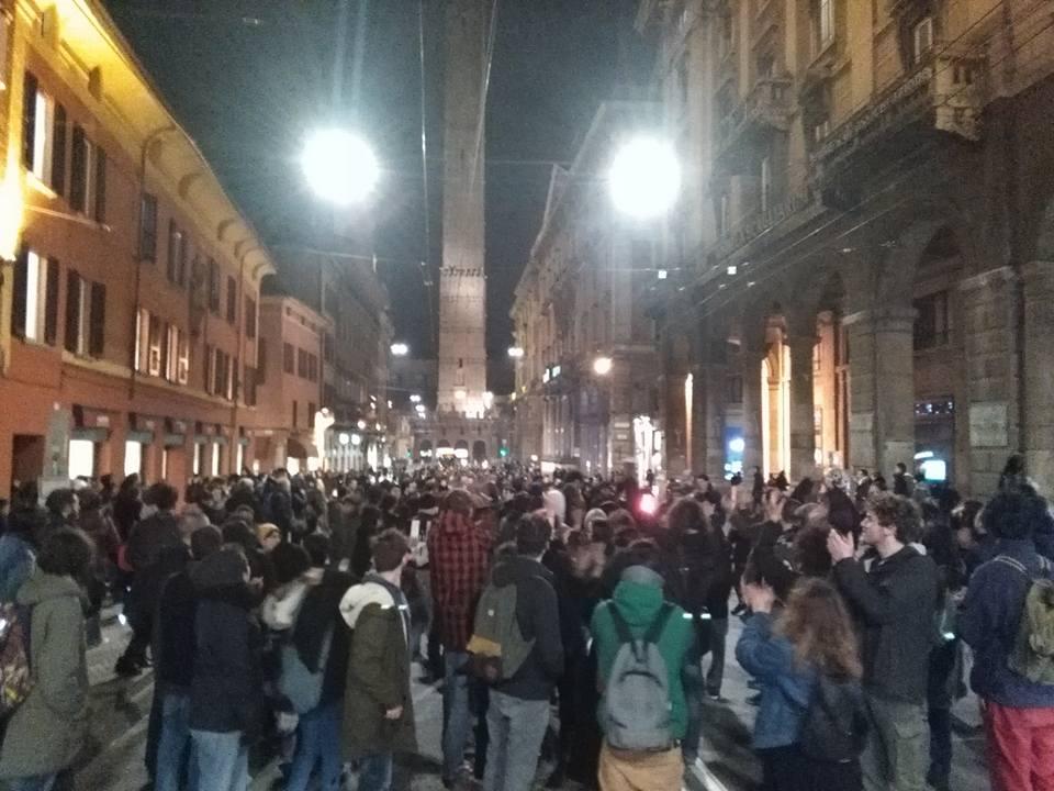 Bologna, rivolta anti tornelli in università. La polizia carica nei corridoi