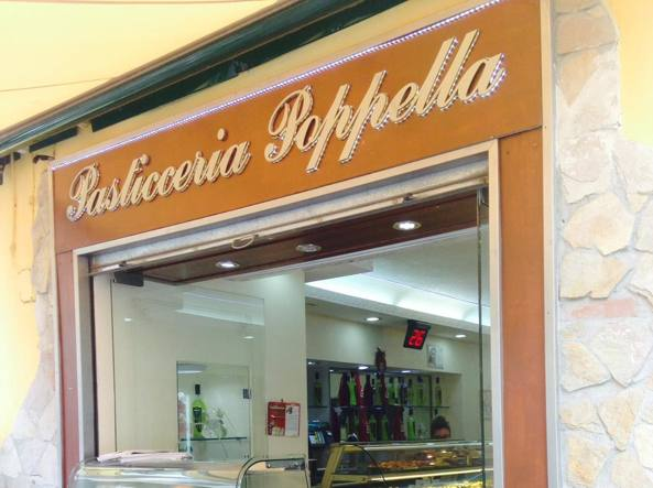 Napoli, spari racket contro vetrina pasticceria Poppella al Rione Sanità