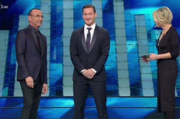 Sanremo, Totti cambia la scaletta e improvvisa la battuta: è un successo