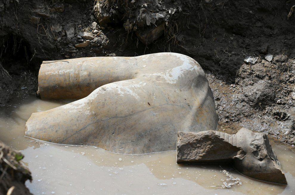 Ramses II emerge dalle acque: scoperta una enorme statua del faraone d'Egitto